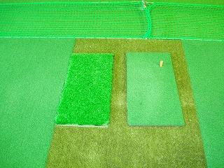 ラフ専用マット(左)、ボールが沈みます。逆目、順目とも練習できます。このマットで打てればコースでのラフも克服できます。